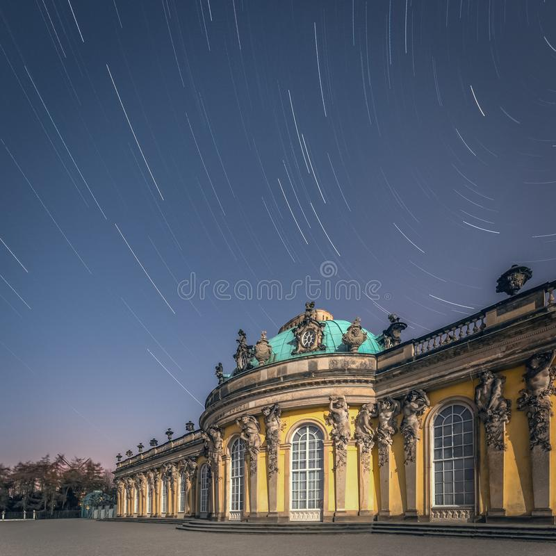 Palazzo di souci di san del parco di Potsdam sotto le stelle immagini stock