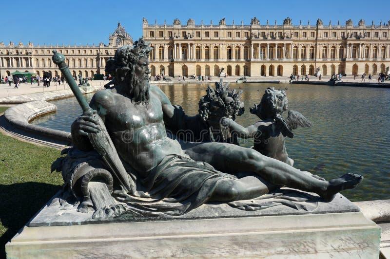 Palazzo di Versailles, stagno di riflessione e scultura fotografie stock