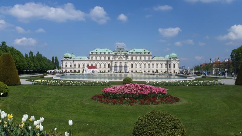 Palazzo di Vienna dietro acqua di caduta immagini stock