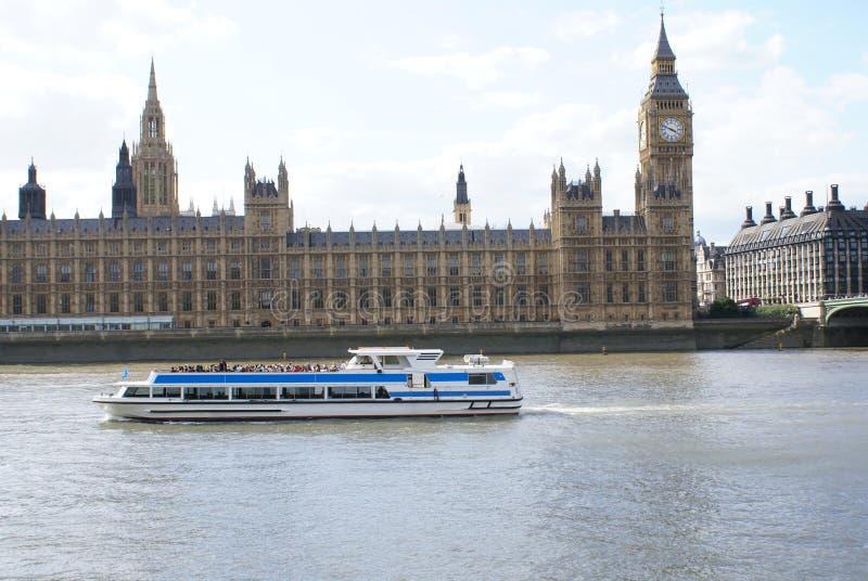 Palazzo di Westminster con Elizabeth Tower ed il ponte di Westminster sopra il Tamigi a Londra, Inghilterra fotografia stock