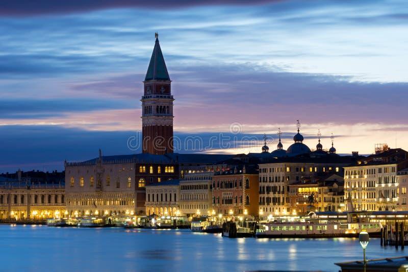 Palazzo Ducale και καμπαναριό του ST Mark ` s στη Βενετία, Ιταλία, στον ήλιο στοκ εικόνα