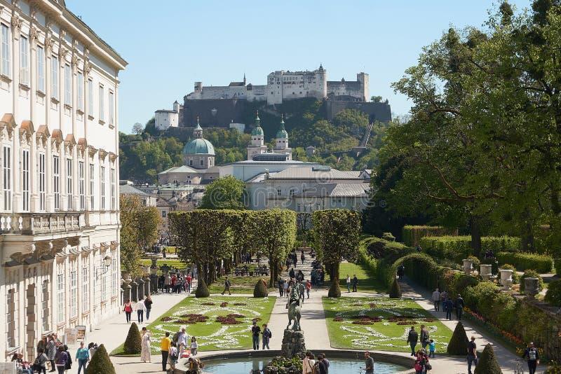 Palazzo e giardino di Mirabell nella primavera Salisburgo, Austria fotografie stock