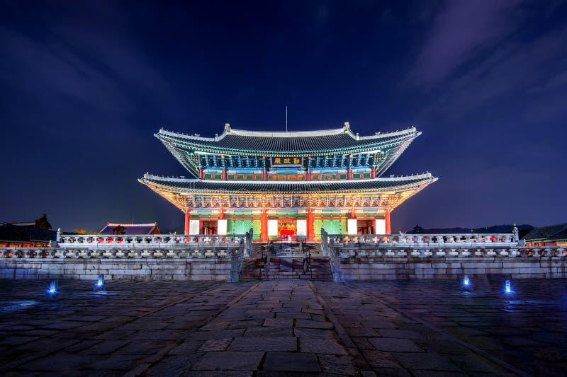 Palazzo e Via Lattea di Gyeongbokgung alla notte in Corea fotografie stock