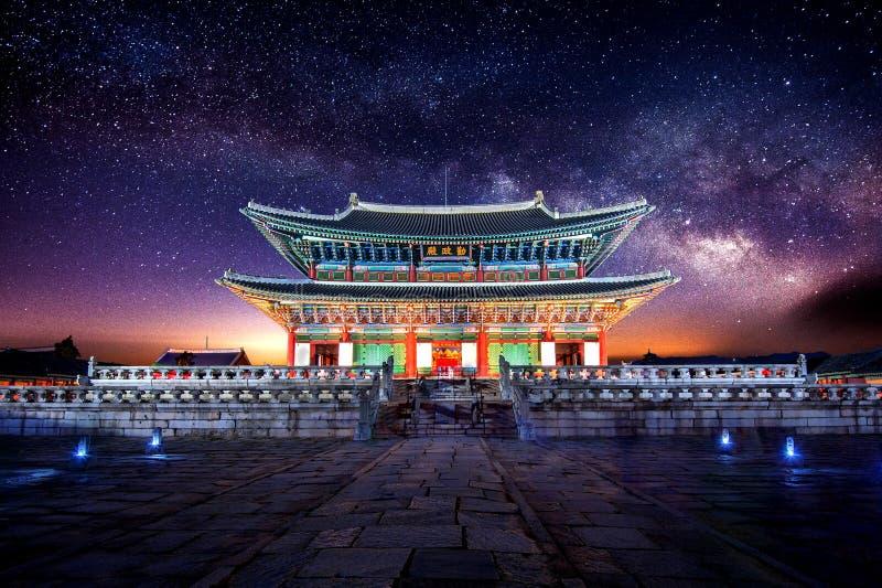 Palazzo e Via Lattea di Gyeongbokgung a Seoul Corea fotografia stock libera da diritti