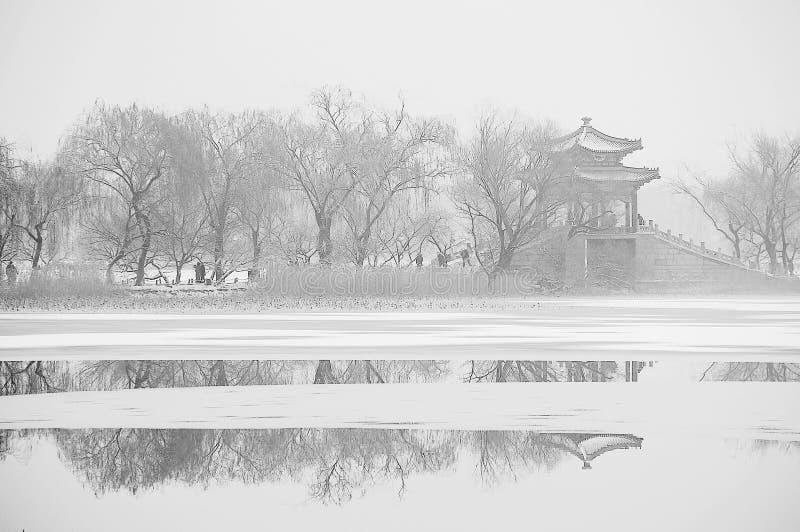 Palazzo estivo dopo la neve fotografia stock libera da diritti