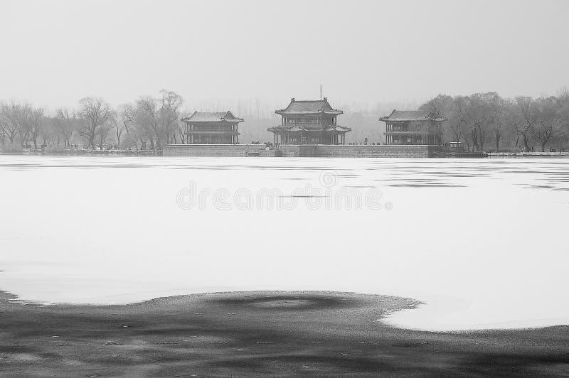 Palazzo estivo dopo la neve fotografia stock