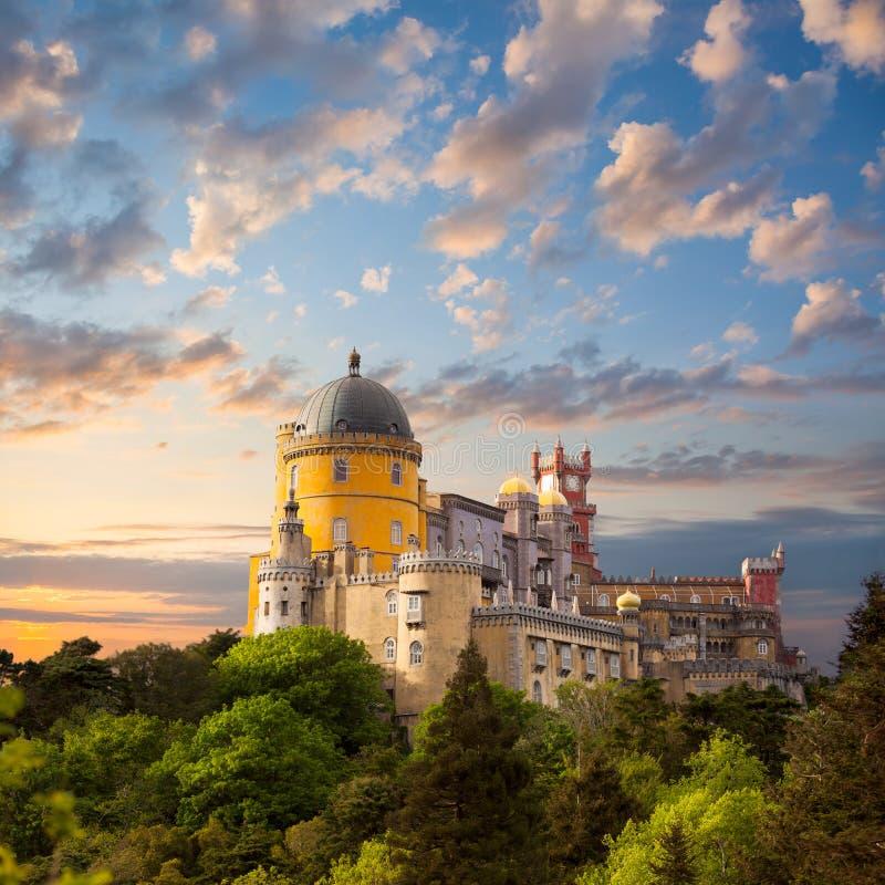 Palazzo leggiadramente contro il bello cielo/il panorama di Pala nazionale immagini stock