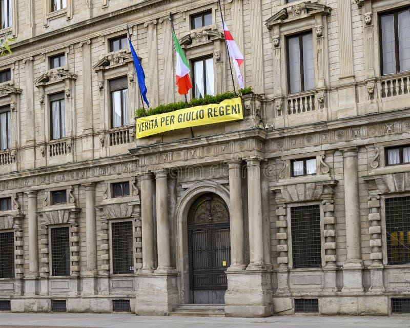 Palazzo Marino, Rathaus von Milan Italy, mit der internationalen Fahne der Amnestie für die Wahrheit für Giulio Regeni Campaign stockbild