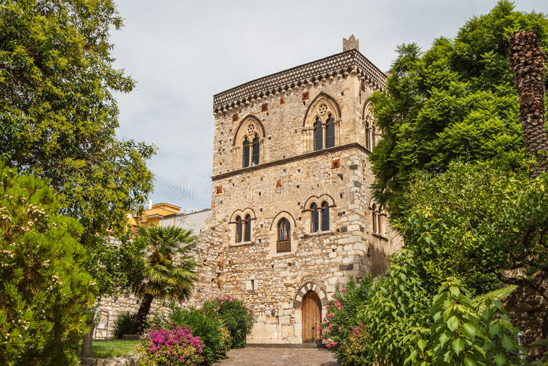 Palazzo medievale nel centro storico di Taormina fotografia stock libera da diritti
