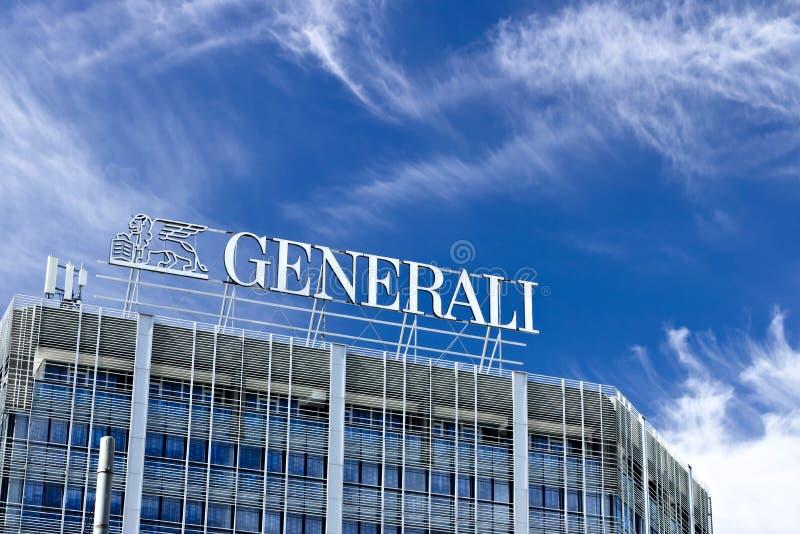 Palazzo met het teken van Assicurazioni Generali in Milaan De blauwe hemel is de achtergrond van de Italiaanse verzekeringsmaatsc royalty-vrije stock fotografie