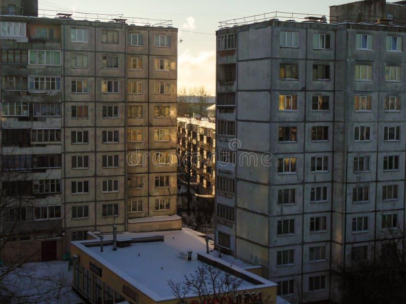 Palazzo multipiano, costruzioni multi-incrinate, vecchie, antiquate, grige, avariate in edifici residenziali di grande città fotografie stock libere da diritti