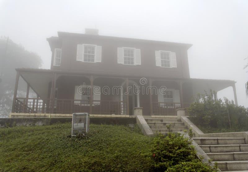 Palazzo nella nebbia immagine stock