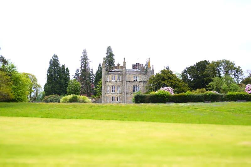 Palazzo privato dei giardini di verde di estate dell'università di Ross Priory Loch Lomond Gartocharn Scozia Glasgow abbandonato fotografia stock libera da diritti