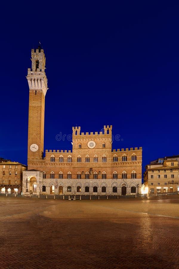 Palazzo Pubblico stadshus, Siena, Italien, natt fotografering för bildbyråer