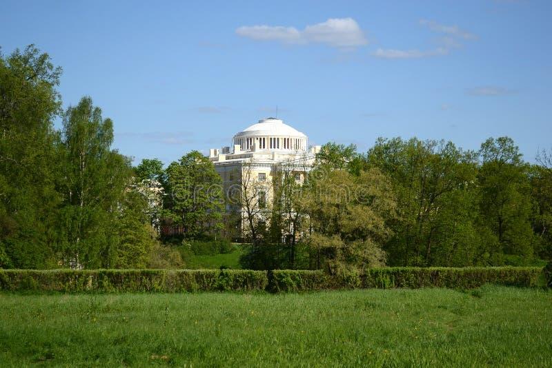 Palazzo sulla collina nel parco di Pavlovsk fotografia stock