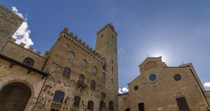 Palazzo Vecchio del Podestà и Torre Rognosa в San Gimignano - взгляде перспективы Сиене Италии стоковые фото