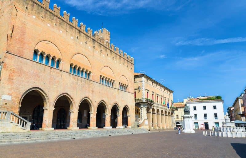 Palazzodell ?de het paleisbouw van Arengo met bogen en het standbeeld van Pauspaul V op Piazza Cavour regelen in Rimini royalty-vrije stock afbeeldingen