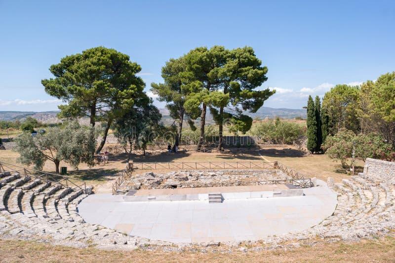 Palazzolo Acreide, Италия - 25-ое июля 2011 - взгляд театра древнегреческого в Akrai, около Palazzolo Acreide - Сицилии стоковое изображение