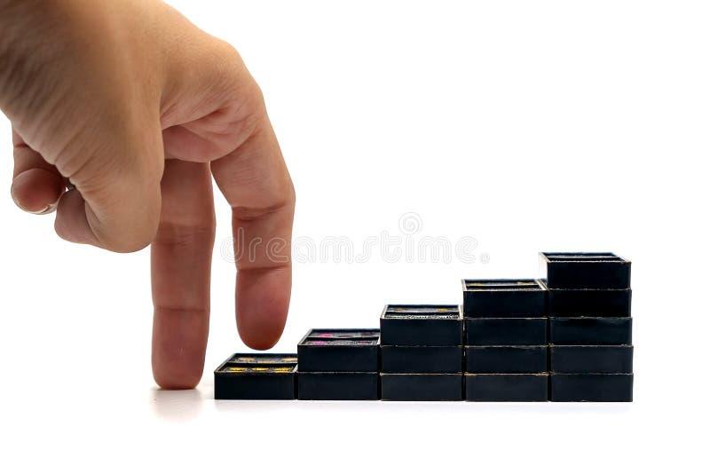 Palców ruszać się podchodził czarnego domino schody na białym tle zdjęcia stock