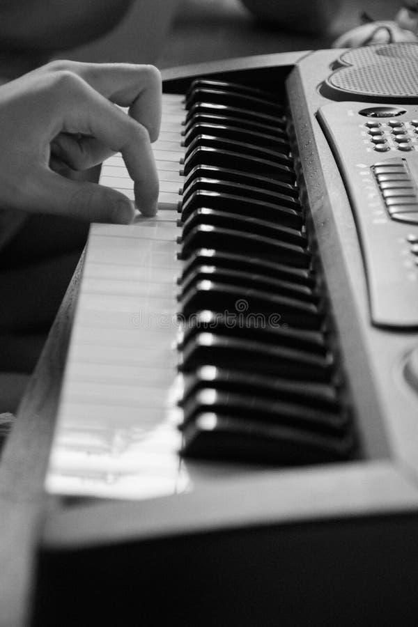 Palce stukają na klawiaturze, bw fotografia stock