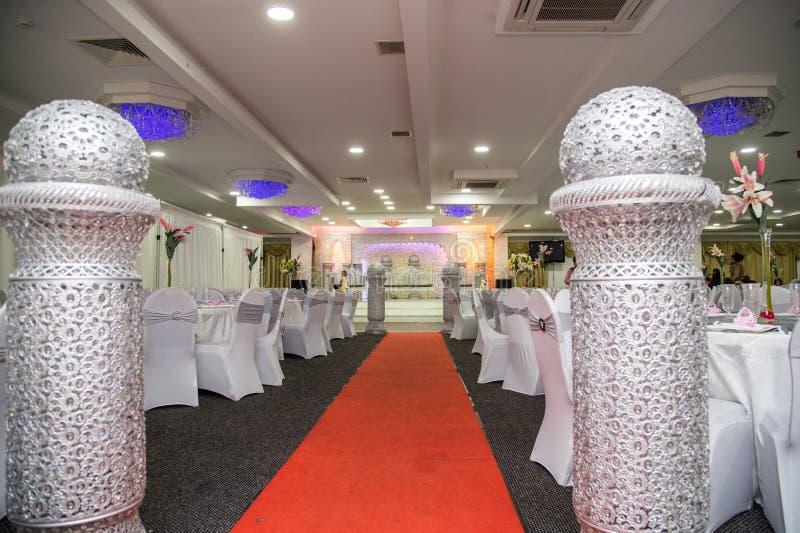 Palco de casamentos asiáticos com cadeiras de armário e sofá de prata fotos de stock royalty free