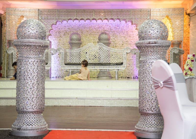Palco de casamentos asiáticos com cadeiras de armário e sofá de prata fotografia de stock