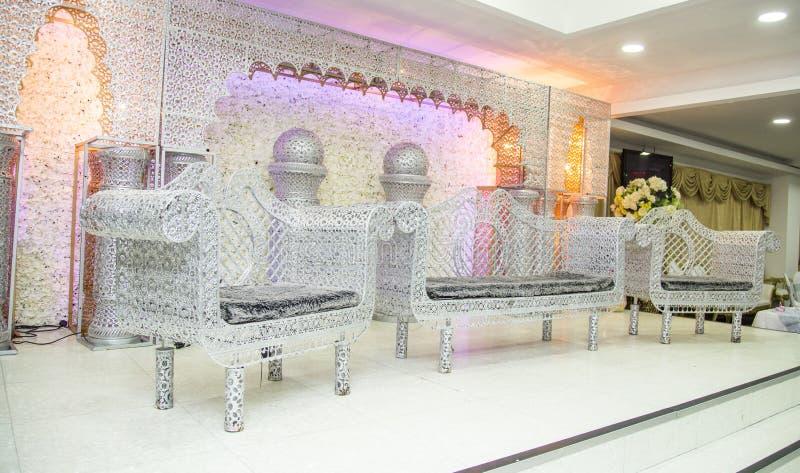 Palco de casamentos asiáticos com cadeiras de armário e sofá de prata imagem de stock