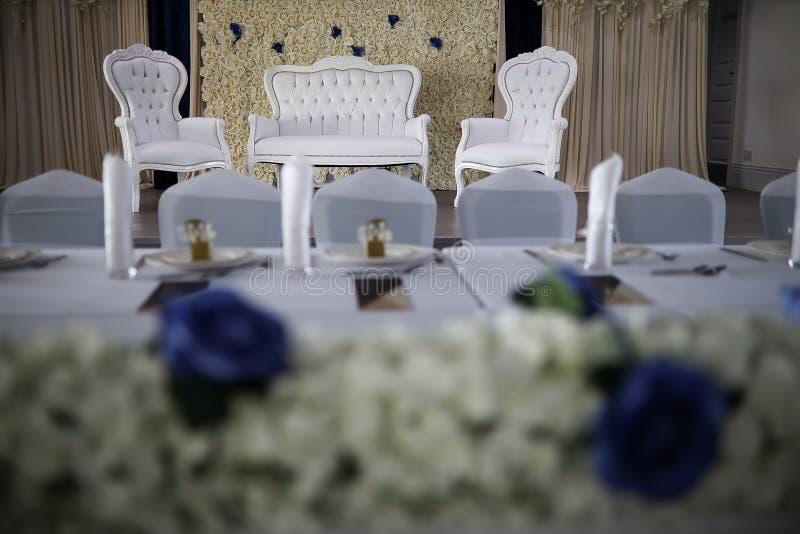 Palco de casamentos asiáticos com cadeiras de braços brancos e sofá foto de stock