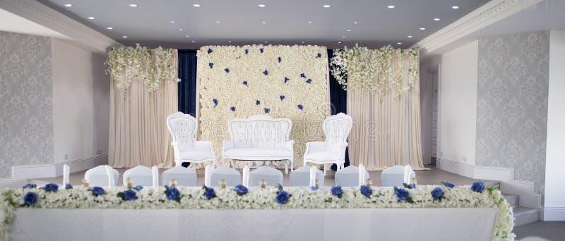 Palco de casamentos asiáticos com cadeiras de braços brancos e sofá imagens de stock royalty free