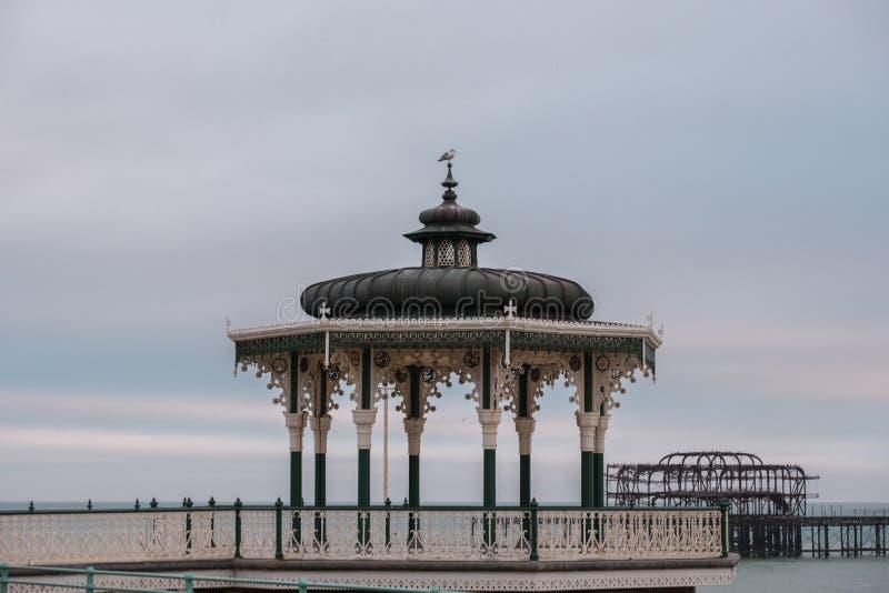 Palco dell'orchestra vittoriano ristabilito su re Esplanade, Brighton, East Sussex, Regno Unito Fotografato al crepuscolo immagine stock