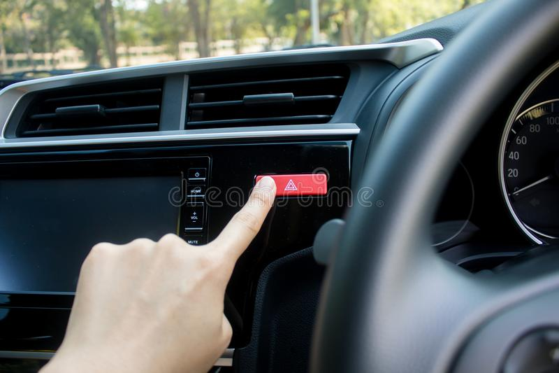 Palcowego ciupnięcia przeciwawaryjnego światła samochodowy dno w samochodzie zdjęcia royalty free