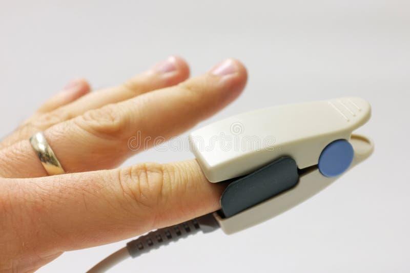 palcowy kona palca oximeter umieszczający pulsu czujnik zdjęcia stock