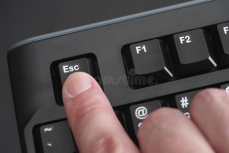 Palcowy pcha Esc klucz na czarnej klawiaturze zdjęcie royalty free