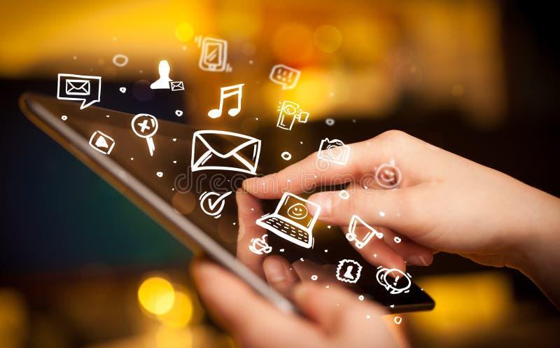 Palcowy wskazywać na pastylka komputerze osobistym, ogólnospołeczny medialny pojęcie zdjęcie royalty free