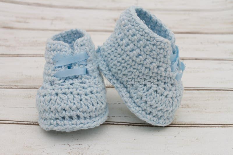 Pale Blue Baby Booties op houten achtergrond royalty-vrije stock foto's