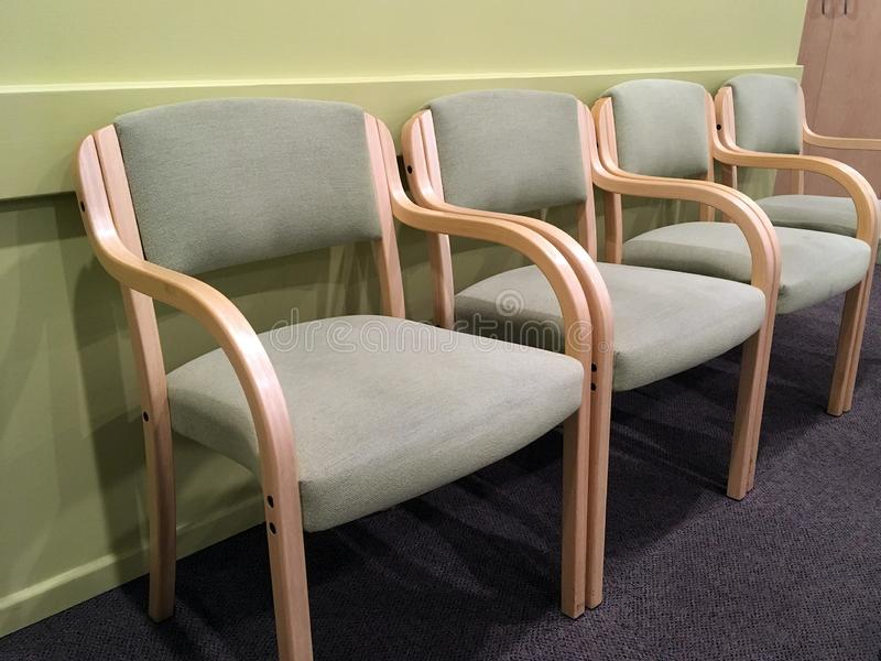 Pale Green Chairs im Warteraum lizenzfreie stockbilder