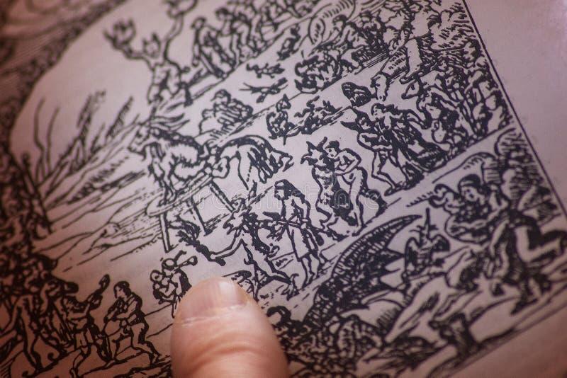 Palec alchemik na książce z czarami, runes, pentagr zdjęcia stock