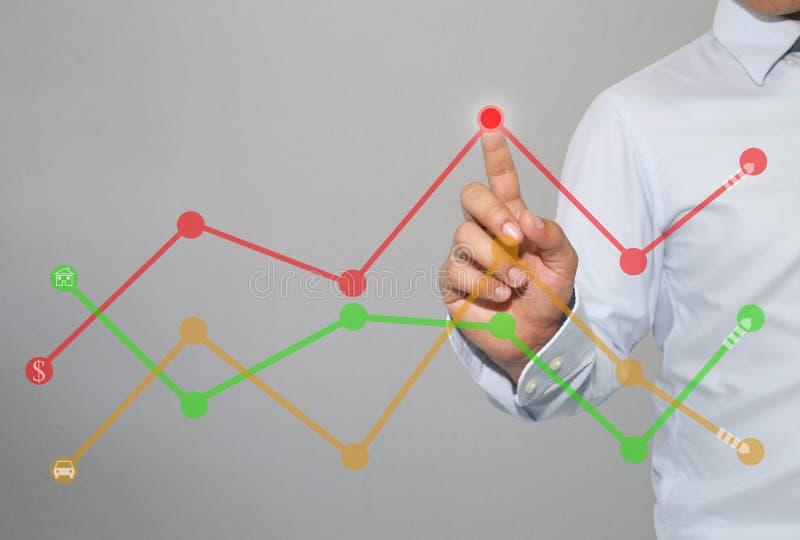 Palec biznesmena dotyk szczyt biznesowy wykres na grą zdjęcie stock
