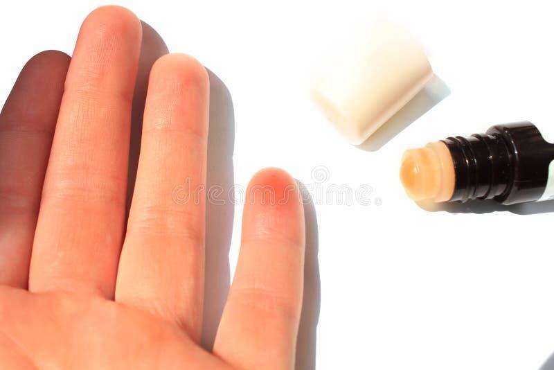 Palec ??dl?cy pszczo?? Żeńska ręka z insekta kąskiem, odosobnionym na białym tle, kopii przestrzeń zdjęcie royalty free