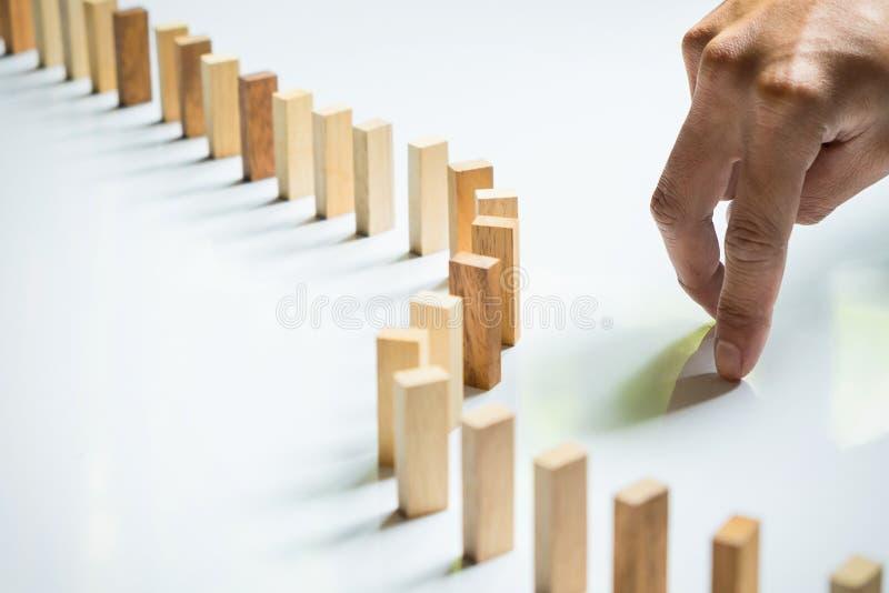 Palec jak biznesowy mężczyzna drewniany blok jak i dosięgał impa obraz stock