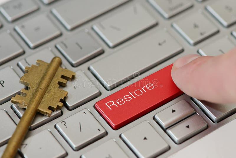 Palec prasa guzik z teksta przywrócić na klawiaturze zdjęcia stock