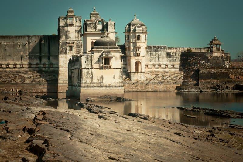 Paleis met torens en zandsteenmuren in India stock afbeeldingen