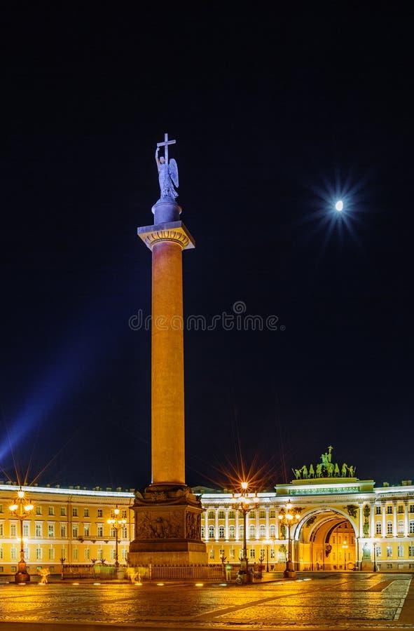 Paleis sqare in Heilige Petersburg bij nacht stock afbeeldingen