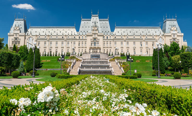 Paleis van Cultuur in Iasi, Roemenië in de zomer stock foto