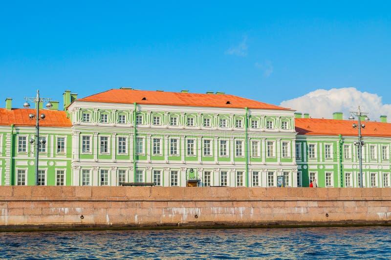 Paleis van keizer Petrus II Romanus op de Universitaire Dijk van Vasilyevsky Island, St. Petersburg, Rusland stock fotografie