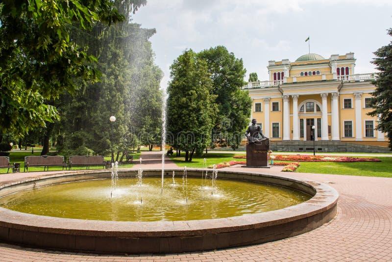 Paleis van Rumyantsev - Paskevich in Gomel-stadspark, Wit-Rusland stock afbeelding