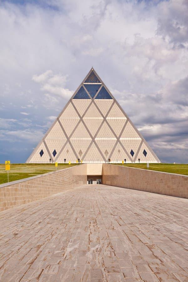 Paleis van Vrede en Overeenstemming - Piramide (Astana, Kazachstan) royalty-vrije stock afbeelding