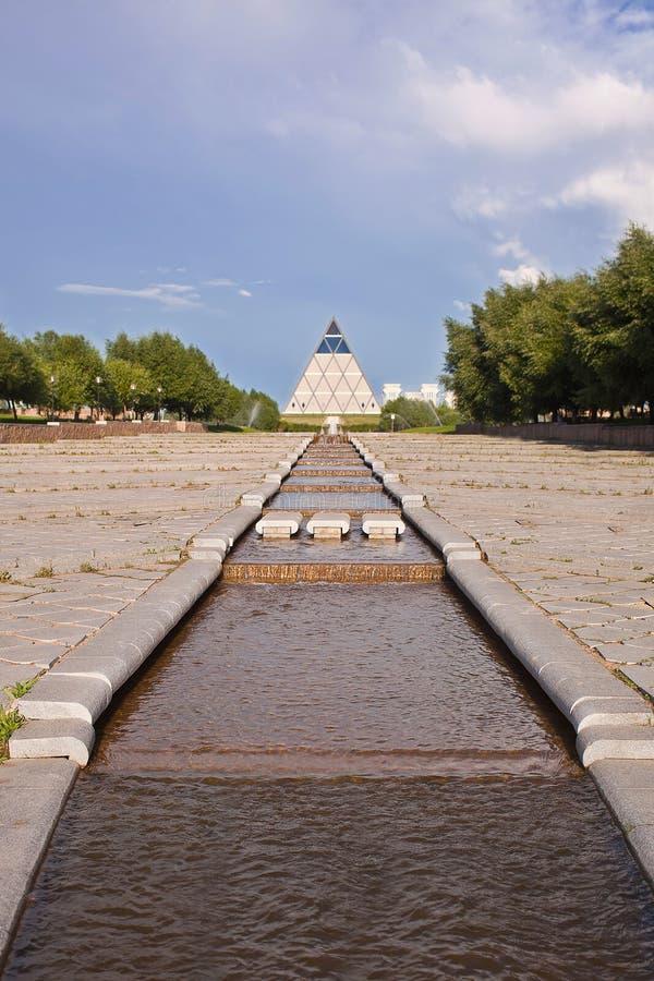 Paleis van Vrede en Overeenstemming - Piramide (Astana, Kazachstan) met water op voorzijde royalty-vrije stock afbeelding