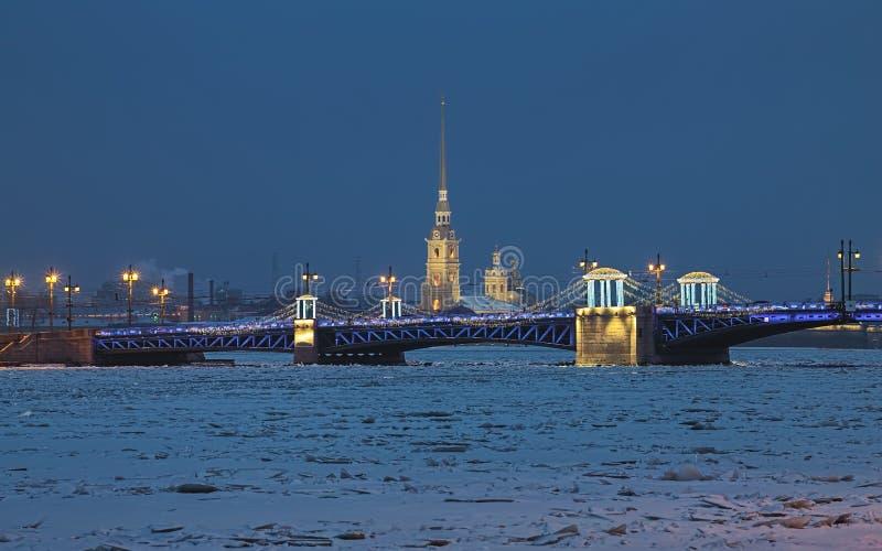 Paleisbrug en Heiligen Peter en Paul Cathedral in Heilige Petersburg, Rusland royalty-vrije stock afbeeldingen
