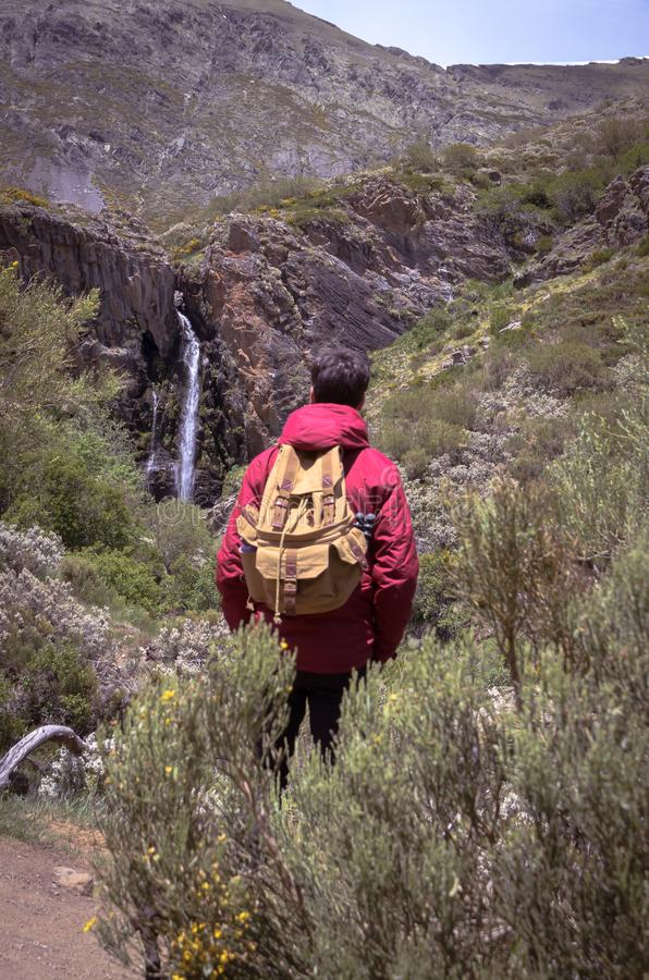 Palencia Hombre joven que comtempla la cascada del mazobre espa?a fotos de archivo libres de regalías